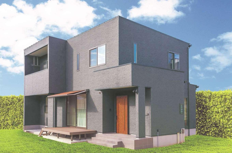 住まいるコーポレーション【デザイン住宅、自然素材、間取り】「温かみのある天然木の内観とのギャップを楽しめるように、あえて黒を基調にモダンな外観にしました」と奥さま。建物は耐震等級3の長期優良住宅仕様