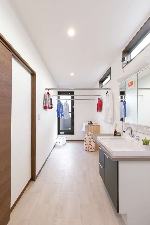住まいるコーポレーション【デザイン住宅、自然素材、間取り】2階の洗面・脱衣室につなげて設けたランドリー。洗濯物を洗ったら、室内干しかベランダにサッと干す。乾いたらアイロンをかけ、隣の寝室のウォークインクローゼットにしまうという家事ラク動線を実現