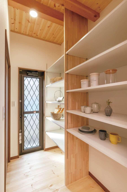 住まいるコーポレーション【デザイン住宅、自然素材、間取り】パントリーには、キッチン小物や食品のストックをたっぷりしまえる。勝手口があるので、生ゴミ用や資源物のゴミ箱は外に出しておくこともできる