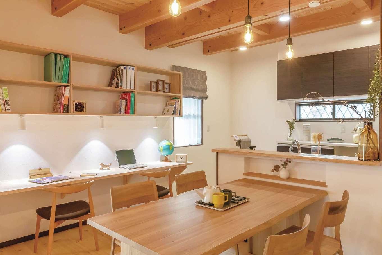 住まいるコーポレーション【デザイン住宅、自然素材、間取り】ダイニング壁面にスタディコーナーを設け、収納棚や照明を3人分用意。キッチンから子どもの様子を見守れるので、必要なときにすぐ適切なアドバイスができる