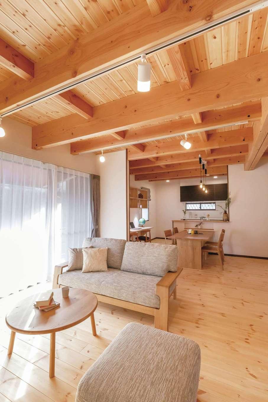 住まいるコーポレーション【デザイン住宅、自然素材、間取り】太い梁組みの天井や大黒柱、パインの天然木の床の温もりを感じながら、家族がいつもLDKに集まって、なごやかな時間を満喫。天然木の床と珪藻土の壁が室内の湿度を調整し、夏はさらさら、冬はしっとり。珪藻土が化学物質も吸着・分解してくれる