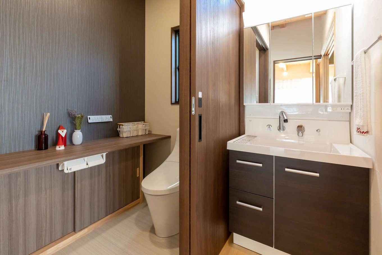 住まいるコーポレーション【デザイン住宅、自然素材、間取り】トイレからは手洗い場を独立させて、ゲストも使いやすいように配慮。その分、トイレのカウンターを広々と確保でき、フレグランスやオシャレな小物を飾って楽しめそうだ
