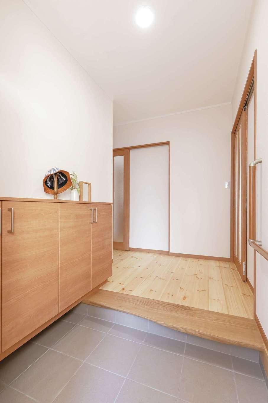 住まいるコーポレーション【デザイン住宅、自然素材、平屋】耳付きの天然木の上がり框が上質感をもたらす玄関
