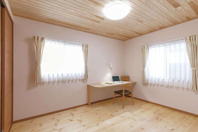 住まいるコーポレーション【デザイン住宅、自然素材、平屋】ご主人の個室にはPC作業や書き物ができるように天然木のカウンターを造作
