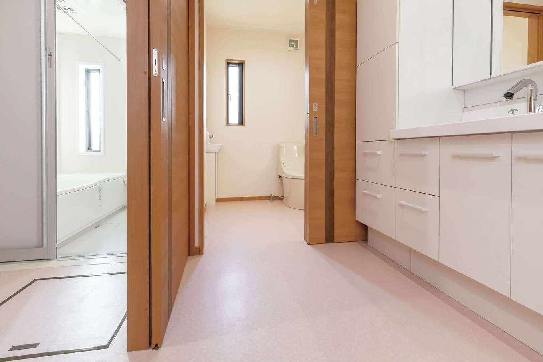 住まいるコーポレーション【デザイン住宅、自然素材、平屋】洗面スペースと脱衣室は来客時に配慮して、引き戸で仕切れるようにした