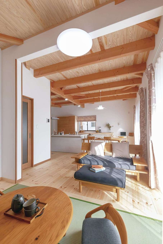 住まいるコーポレーション【デザイン住宅、自然素材、平屋】LDKの畳コーナーは、ごろんと横になったり、こたつで暖まったりと、リビングとは一味違うくつろぎ方を楽しめる