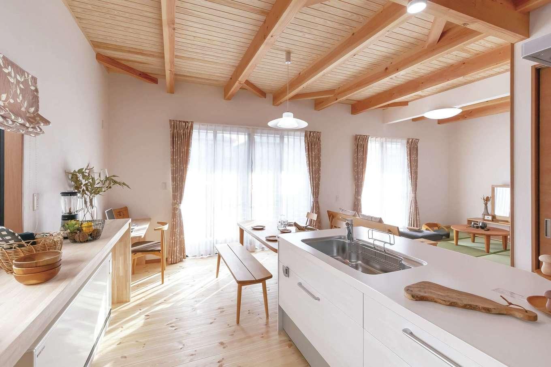 住まいるコーポレーション【デザイン住宅、自然素材、平屋】住まいの中心はアイランドキッチン。リビングダイニングと個室の間に配置し、回遊動線を確保して、家中を移動しやすくなっている。ふたりで調理をするときも便利!
