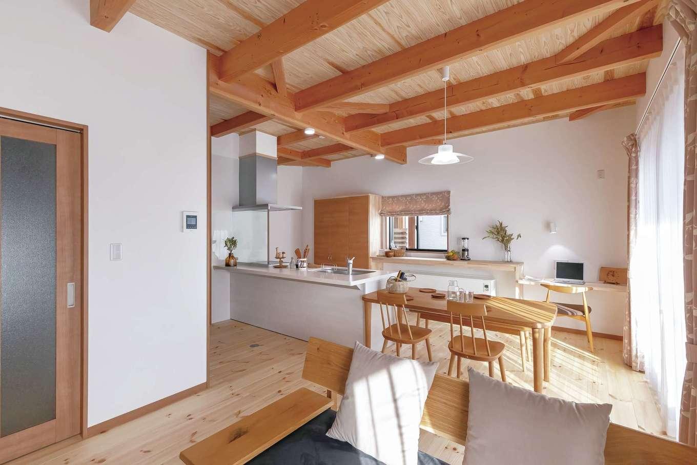 住まいるコーポレーション【デザイン住宅、自然素材、平屋】天然木の天井と床、そして珪藻土の壁が心地いいLDK。パインの床は厚さ30ミリ。アイランドキッチンの背面には蓄熱暖房機を設置。お得な夜間電力を利用して、家中を暖められる。壁際のカウンタースペースは、奥さまの家事やコーヒータイムなど多目的に利用できる