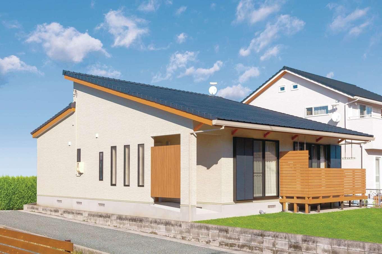 住まいるコーポレーション【デザイン住宅、自然素材、平屋】シンプルモダンにデザインした、飽きのこない外観。将来の暮らしに配慮して、アプローチにはスロープを採用。スロープには屋根と壁を設けたので、雨の日も家とクルマとの行き来がラクにできる