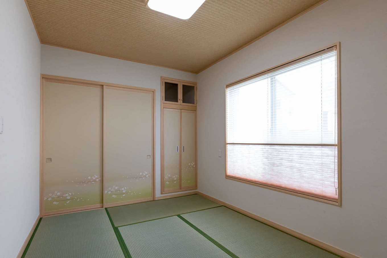 住まいるコーポレーション【デザイン住宅、自然素材、平屋】建物の北側に設けた6畳の客間。すぐ隣に洗面・トイレを設け、ゲストがゆっくりくつろげるよう配慮