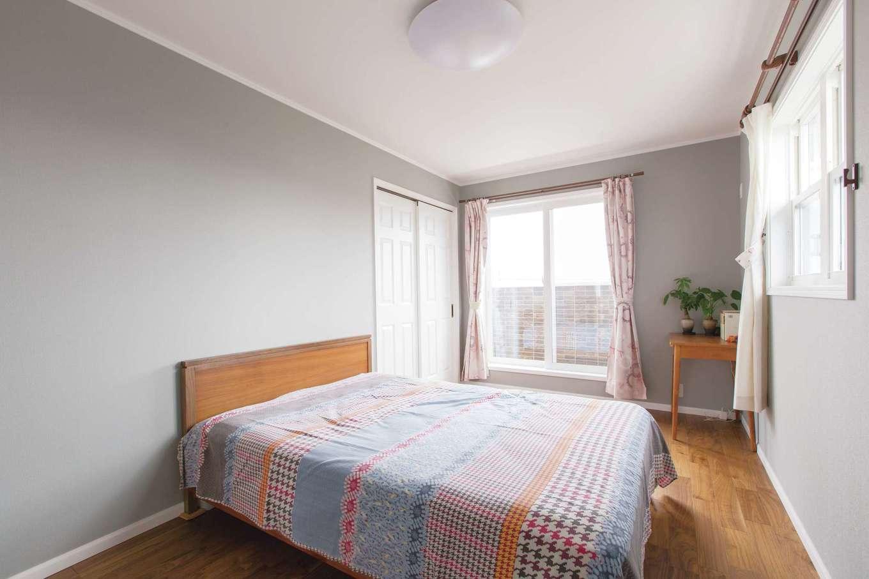 セルコホーム浜松(オバタケイ)【デザイン住宅、輸入住宅、省エネ】主寝室は落ち着いたグレーのクロスでシンプルに。ウォークインクローゼットも完備