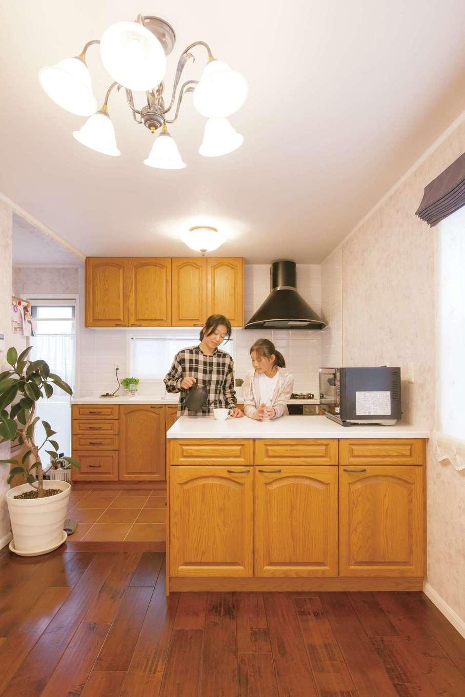 セルコホーム浜松(オバタケイ)【デザイン住宅、輸入住宅、省エネ】カナダ製「メリットキッチン」の木目の美しさと温かみにひと目惚れ。独立した作業台が便利で収納力も抜群。タイル張りにした床は掃除もしやすい。家を建ててから長女がお菓子づくりにはまっているそう