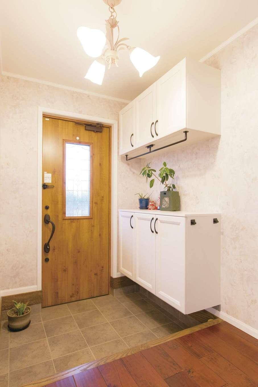 """セルコホーム浜松(オバタケイ)【デザイン住宅、輸入住宅、省エネ】木製のドアとシューズボックス、シャンデリアは夫婦で吟味して選んだもの。コンセプトは""""あたたかい家"""""""