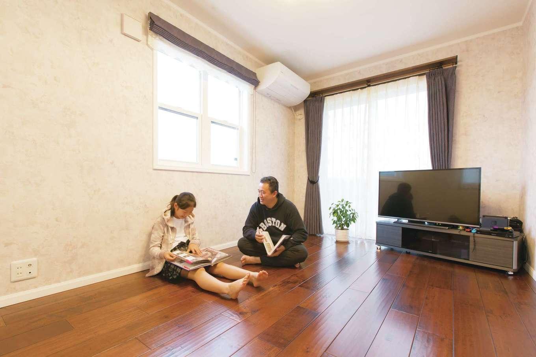 セルコホーム浜松(オバタケイ)【デザイン住宅、輸入住宅、省エネ】白い窓枠にメープルの無垢床がしっくり馴染む。心地良い足触りでひんやり感がなく、一年中素足でも木の温もりを感じられる