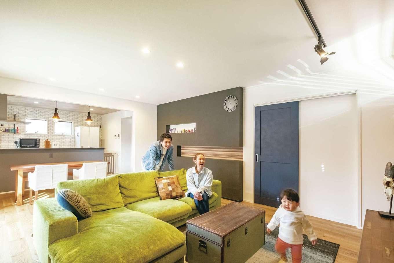 静鉄ホームズ【インテリア、デザイン住宅、子育て】長男のYくんが素足で走り回るLDKは23畳の大空間。白い壁にマットな質感のアクセントクロスが映える。インダストリアルな家具や照明で、おしゃれにコーディネートされている