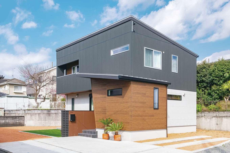 静鉄ホームズ【インテリア、デザイン住宅、子育て】シンプル&モダンなデザインが美しい外観。ちょうど庭が隠れるよう、建物を配置した