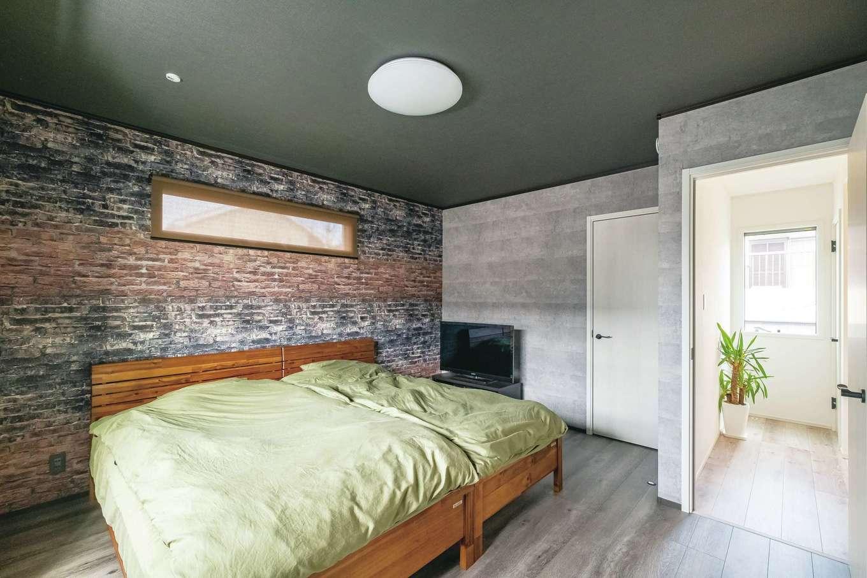 静鉄ホームズ【インテリア、デザイン住宅、子育て】コンクリート風のクロスを貼って遊び心を演出した寝室。1階とフローリングの色も変えて、やすらぎ感を出した