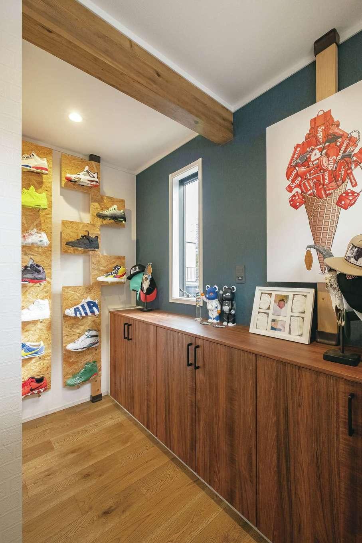 静鉄ホームズ【インテリア、デザイン住宅、子育て】ご主人のスニーカー・コレクションをディスプレイした玄関ホール。棚はDIYで造作。スニーカーは80足以上所有し、書斎にも収納している