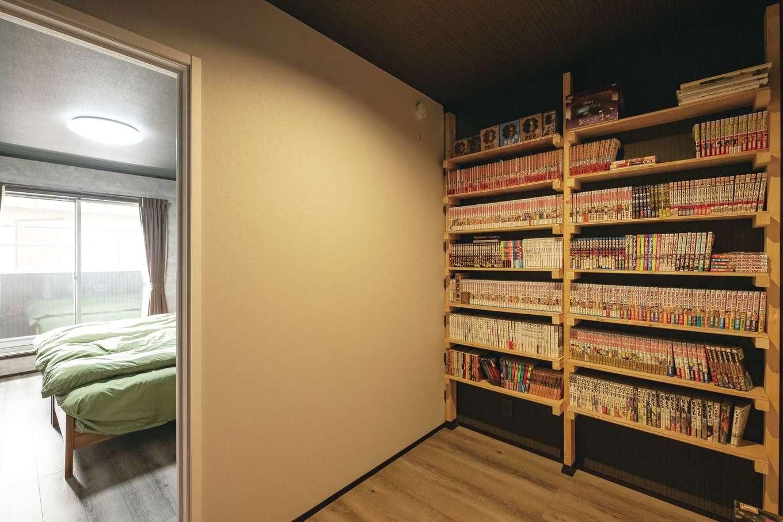 静鉄ホームズ【インテリア、デザイン住宅、子育て】寝室に隣接するご主人の隠れ家的書斎。造作の書棚には漫画本がぎっしり。収納スペースも兼ねている