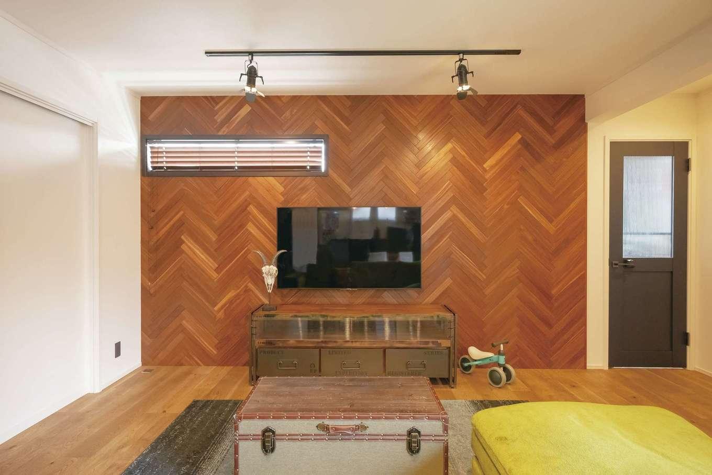 静鉄ホームズ【インテリア、デザイン住宅、子育て】ご主人が最もこだわった無垢板・ヘリンボーン張りのテレビステーションが空間のアクセントに。木の色は、同社のコーディネーターと話し合ってセレクトした