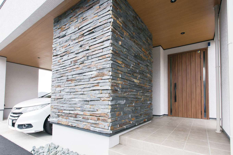 デザインハウス【デザイン住宅、子育て、高級住宅】玄関横の柱はアイアンリーフという天然石で装飾。石の色や形を見ながら、一つひとつ手張りした職人技。中はアウトドアグッズなどをしまえる収納スペース