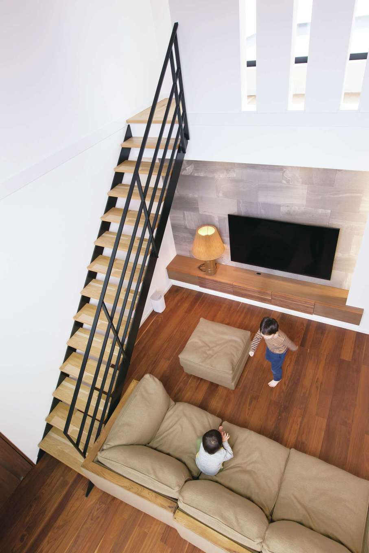 デザインハウス【デザイン住宅、子育て、高級住宅】2階からはリビング全体を見渡せ、子どもたちが元気に遊ぶ姿を見守れる