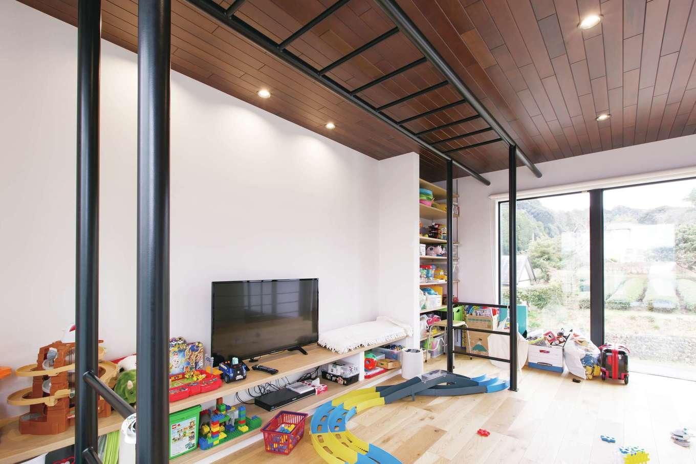 デザインハウス【デザイン住宅、子育て、高級住宅】子どもたちが思う存分遊べるようにと、ご主人の希望でうんていを設置。この空間はおもちゃを広げてOKというルールにしたことで、1階はいつでもすっきり