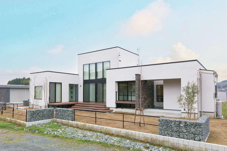 デザインハウス【デザイン住宅、子育て、高級住宅】2階はファミリールームだけのほぼ平屋の造りで、ボックスを組み合わせたようなモダンな外観。天然石の袖壁や蛇籠(じゃかご)がアクセントに
