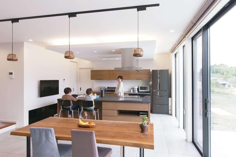 デザインハウス【デザイン住宅、子育て、高級住宅】ダイニングキッチンは熱に強いクオーツストーンを天板に使ったオリジナル。Mieleの洗浄機のほか、鉄板もビルトインされ、休日にはご主人が自慢の焼きそばを振る舞ってくれる