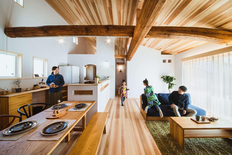 KANAZAWA STYLE/金澤建築【収納力、自然素材、平屋】床と天井に無垢のスギを贅沢に使ったLDK。東西南北を走る丸太梁が家族の成長をやさしく見守る。高い勾配天井を採用したことで、より開放感が生まれた