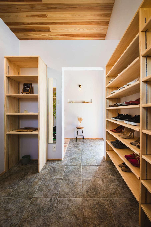 KANAZAWA STYLE/金澤建築【収納力、自然素材、平屋】土間仕上げのゆったりとした玄関ホール。女子率が高いので、シューズクロークを大きめに造り、全身鏡も設置した。ここからLDKに直接アクセスできる便利な動線が魅力