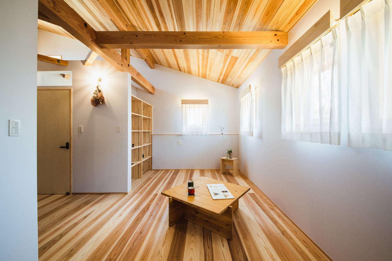 KANAZAWA STYLE/金澤建築【収納力、自然素材、平屋】子ども部屋は子どもが小さいうちは広いワンルームとして使い、思春期になったら間仕切りも可能。収納棚にあえて扉をつけず、空間を広く見せるように配慮した