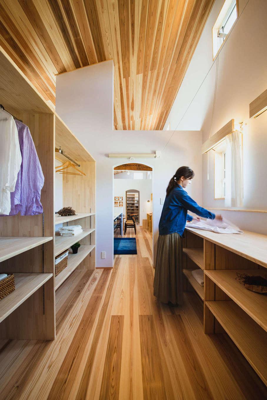 KANAZAWA STYLE/金澤建築【収納力、自然素材、平屋】キッチンと洗面脱衣室の中間にある広いランドリールーム。ここで、洗う・干す・取り込む・アイロンがけ・収納まで完結できるので、共働き奥さまもラクラク