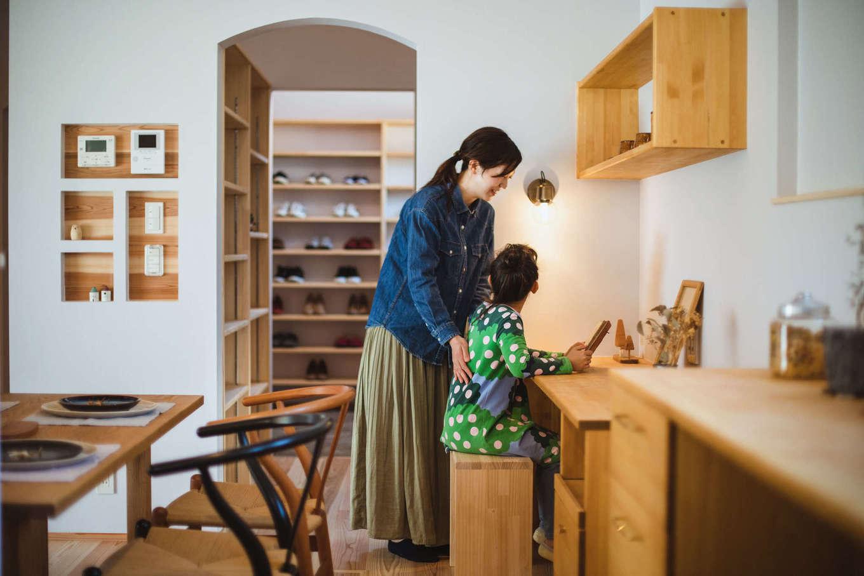 KANAZAWA STYLE/金澤建築【収納力、自然素材、平屋】キッチンから見える位置にカウンターを造作。ママに見守られて、子どもたちは安心して宿題やお絵描きができる。アーチの垂れ壁は奥さまのこだわりで、空間に優しさをもたらした