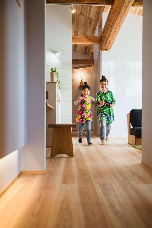 KANAZAWA STYLE/金澤建築【収納力、自然素材、平屋】ぐるぐると家の中を回遊できる、平屋ならではの贅沢な間取り。暖かい肌触りの床は上質な無垢のスギで、時とともに風合いを増していく