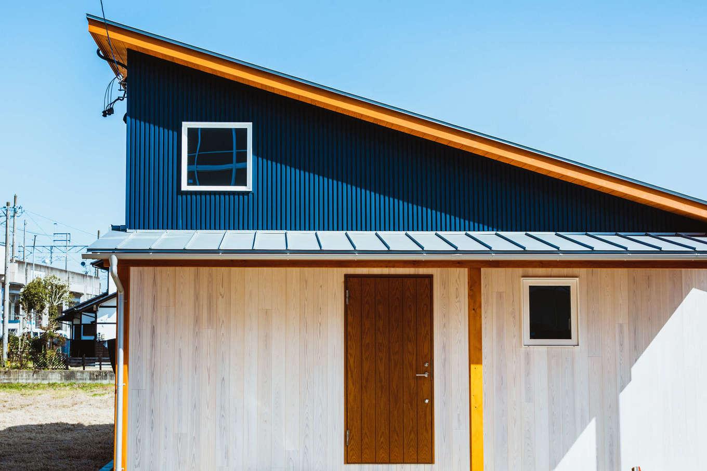 KANAZAWA STYLE/金澤建築【収納力、自然素材、平屋】片流れの屋根が印象的なスタイリッシュな外観デザイン。ダークブルーのガルバリウムの外壁に天然木の軒天がアクセントに。10kWの太陽光発電を搭載し、ランニングコストを抑えた低燃費な暮らしを実現する