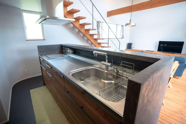 山脇木材【趣味、省エネ、建築家】キッチンはアイランド型にして、回遊できる動線を確保。背後にはパントリーがあり、洗面・浴室へ繋がっているため、動線がスムーズで家事がラクにできる