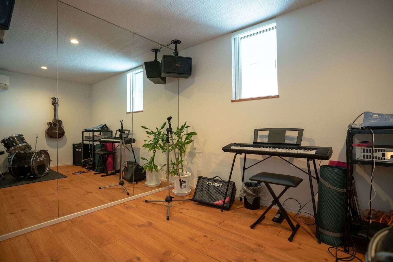 山脇木材【趣味、省エネ、建築家】ご主人の夢を叶えたミュージックルームは6畳の広さ。壁に防音設備を施してあるので、ドラムやギターを思う存分演奏できる