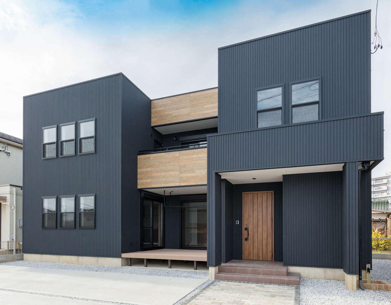 山脇木材【デザイン住宅、子育て、収納力】ウッドデッキを囲む「コの字」型の外観。開口部の配置も均整がとれていて、モダンで美しいフォルムが印象的。敷地内には駐車時スペースを3台確保