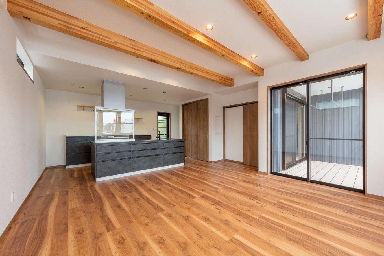 山脇木材【デザイン住宅、子育て、収納力】ナチュラルモダンにコーディネートしたLDK。掃出窓を開けるとウッドデッキとリビングが一体化して、いっそう開放感を味わえる
