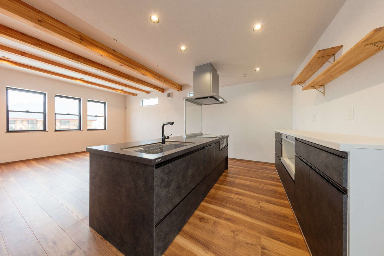 山脇木材【デザイン住宅、子育て、収納力】アイランドキッチンを採用して回遊できる動線を確保し、家事ラクを実現。キッチンからは室内全体だけでなく、正面の窓越しに外の風景も眺められる