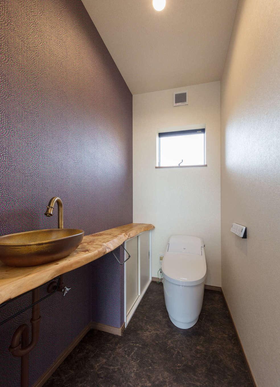 山脇木材【デザイン住宅、子育て、収納力】トイレは紫色のクロスと無垢のカウンターを組み合わせ、シックで洗練されたコーディネートを実現