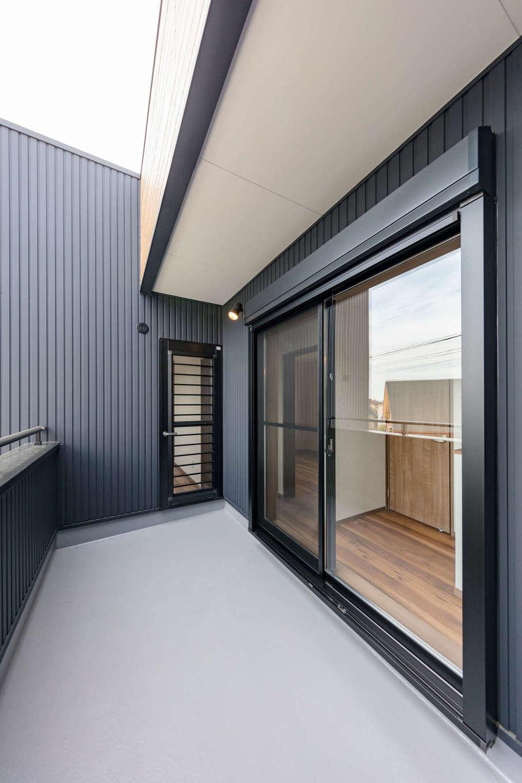 山脇木材【デザイン住宅、子育て、収納力】2階のバルコニーは布団を干す際に出し入れがしやすい広さを確保。寝室と廊下の2か所から出入りできる