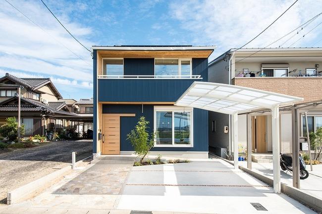 小幡建設【デザイン住宅、収納力、間取り】紺のガルバリウムと木の暖かさが融合した外観。サッシの白がアクセントになっている