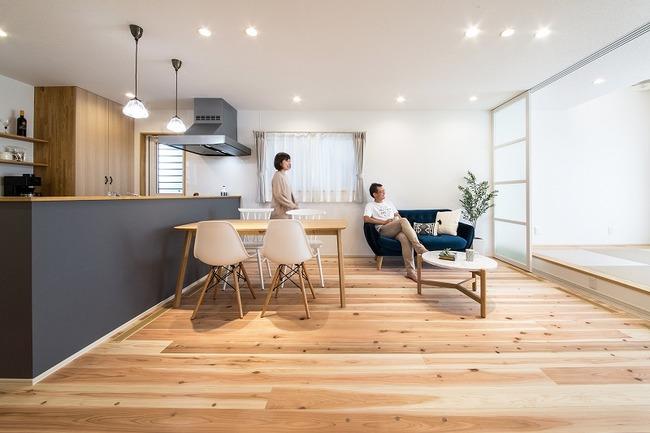 小幡建設【デザイン住宅、収納力、間取り】LDKは小上がりの畳スペースと合わせると20畳以上にもなる