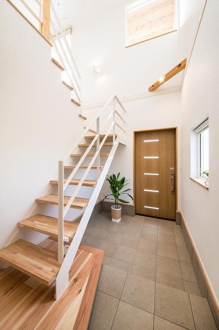 小幡建設【デザイン住宅、収納力、間取り】玄関は広い土間と吹抜けで開放感抜群。南側の窓からたっぷりと太陽の光が差し込む