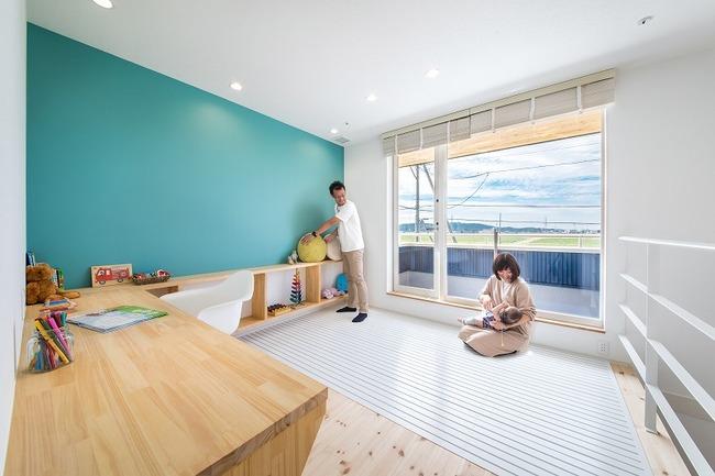 小幡建設【デザイン住宅、収納力、間取り】2Fのフリースペース。壁は黒板になっており、子どもが自由にお絵かきできる