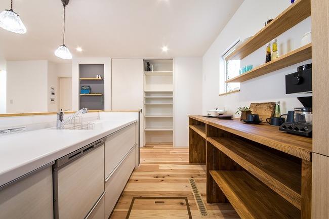 小幡建設【デザイン住宅、収納力、間取り】リビングを見渡せるキッチンの裏には造作のカウンター収納がある