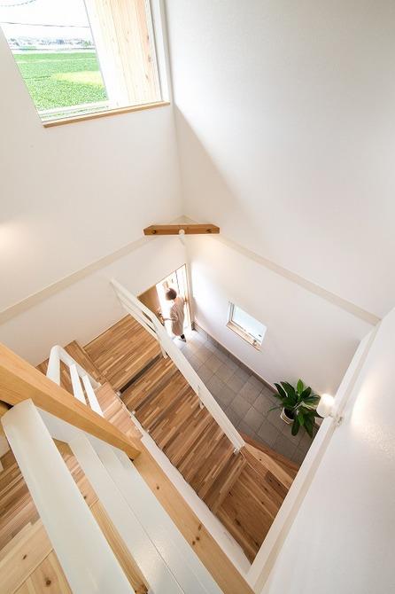 小幡建設【デザイン住宅、収納力、間取り】「玄関が明るくて開放感があるので、家を出る時や帰ってきたときは気持ちまで明るくなります。」と笑って話す奥さま