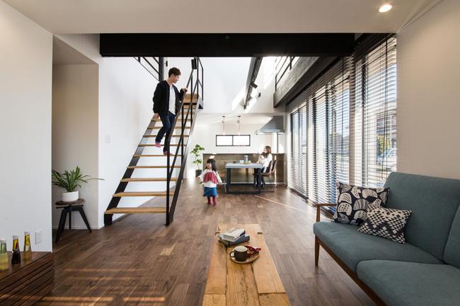 小幡建設【デザイン住宅、子育て、間取り】キッチンからダイニング、リビングが一直線に繋がる22畳の空間は開放感にあふれている